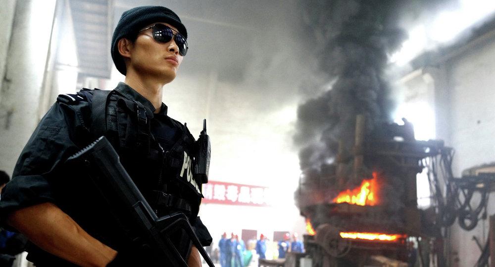 Agente de policía esta de guardia durante la destrucción de drogas en una empresa en Guiyang, China