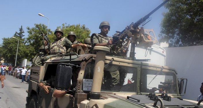 Soldados del ejército tunecino en el lugar del atentado