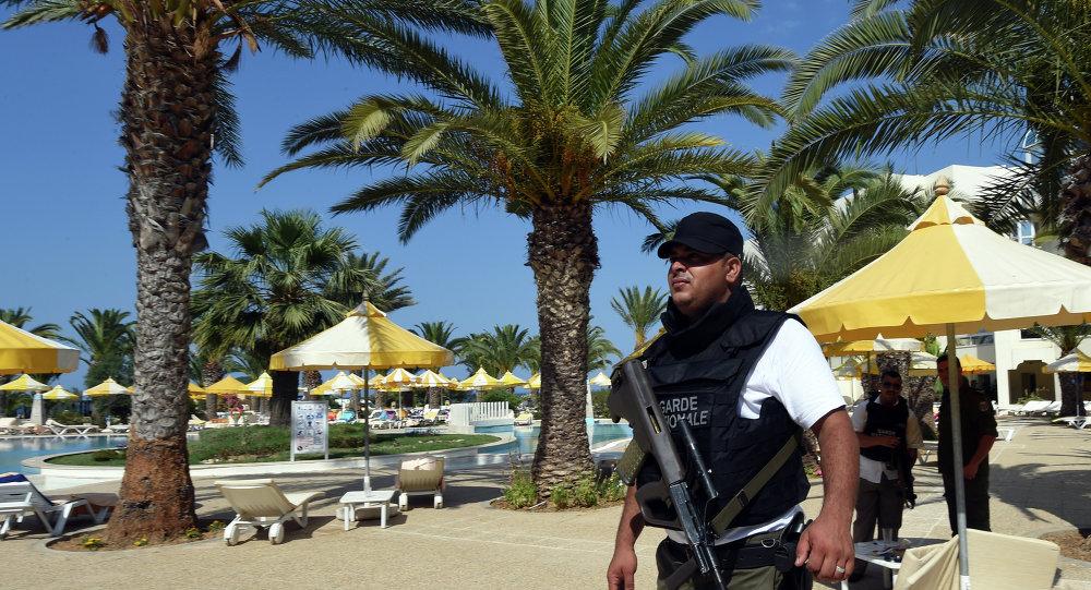 Agente de seguridad tunecino en el lugar del atentado terrorista en el hotel Imperial Marhaba. 26 de junio de 2015