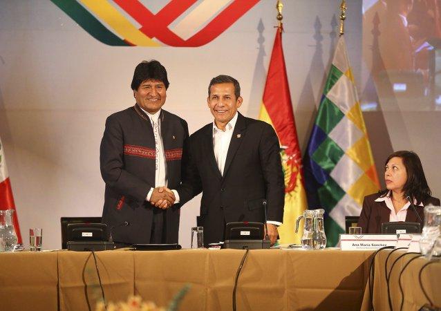 El presidente de Perú, Ollanta Humala (dcha.), y el presidente de Bolivia, Evo Morales
