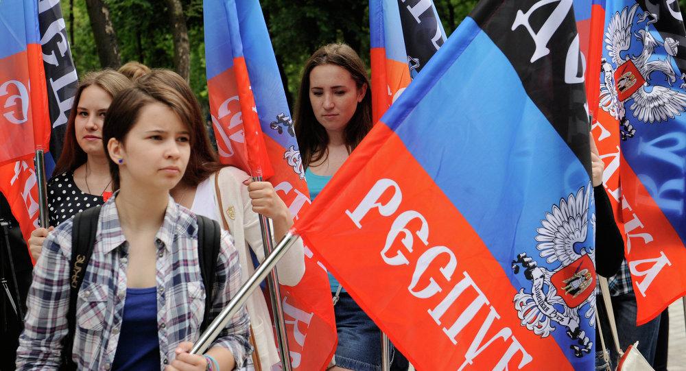 Representantes de la República Popular de Donetsk con las banderas de su república