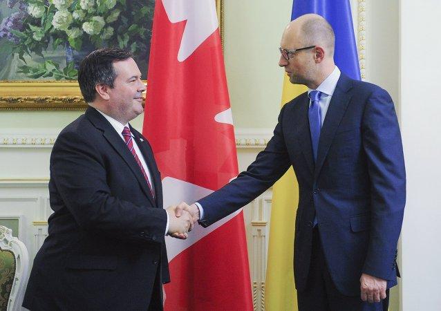 Arseni Yatseniuk, primer ministro de Ucrania, y Jason Kenney, ministro de defensa de Canadá, en Kiev, Ucrania, el 26 de junio, 2015