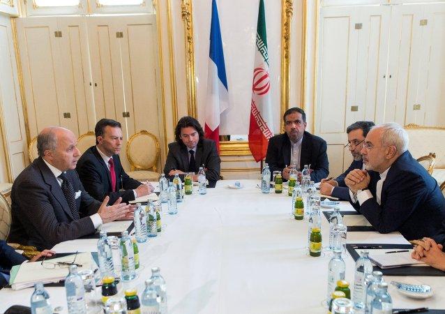 Ministro de Exteriores de Francia, Laurent Fabius, y ministro de Exteriores de Irán, Mohamad Yavad Zarif