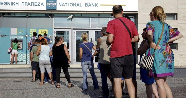 Limitaciones de flujo de capital en Grecia no atañen a los turistas