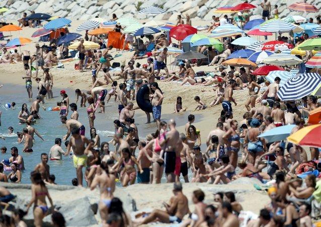 Gente nada en el Mar Mediterráneo durante la primera ola de calor en Barcelona, España, el 28 de junio, 2015
