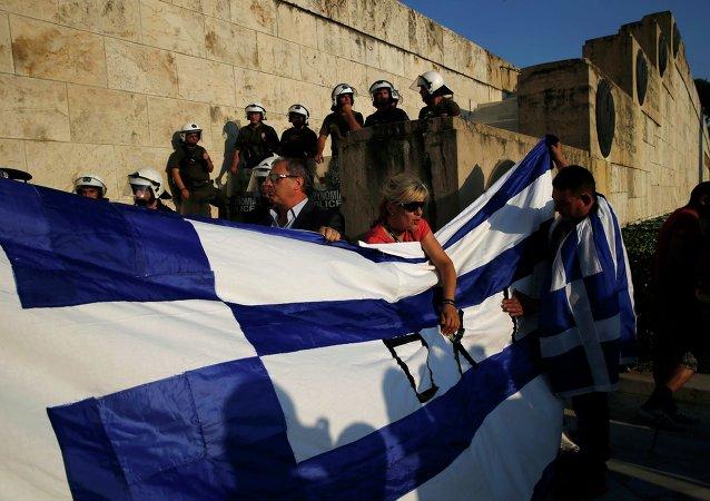 Protestantes estan en contra de las medidas de austeridad, Atenas, Grecia, el 29 de junio, 2015
