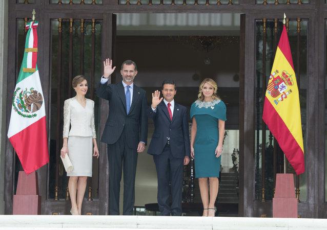 El rey de España Felipe VI, la reina Letizia con el presidente de México, Enrique Peña, y su esposa, Angélica Rivera