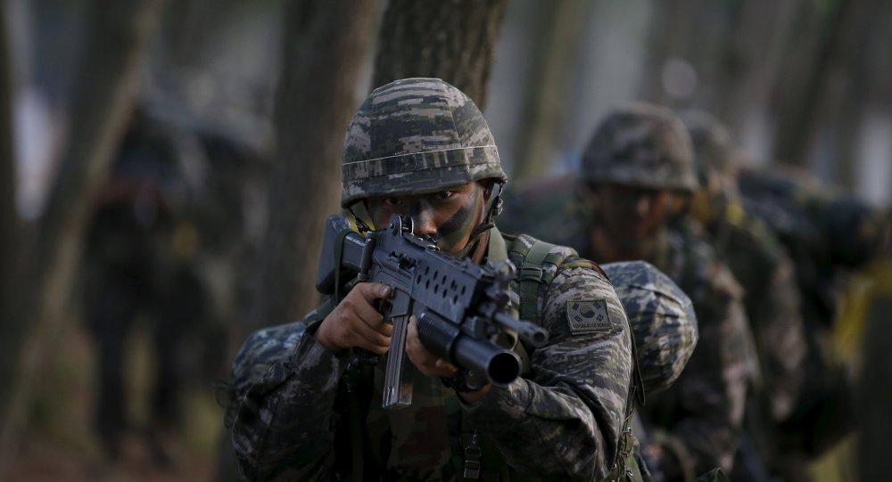 Los soldados del ejército del Сorea del Sur participan en un simulacro de operación militar en una orilla en Taean