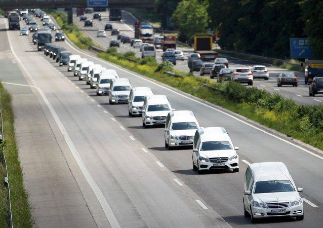 Una caravana de coches fúnebres con los restos de las víctimas de Germanwings