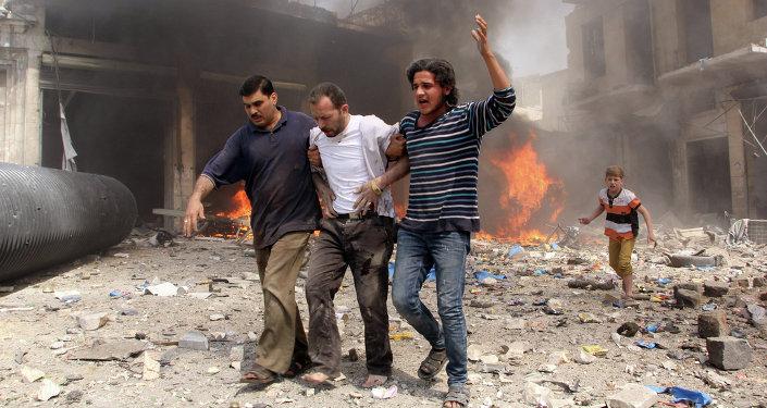 Hombres caminan entre los escombros de las casas destruidas en Aleppo (Siria)