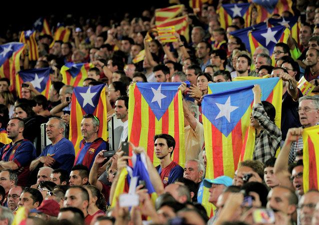Los hinchas de Barça con las banderas independistas de Cataluña