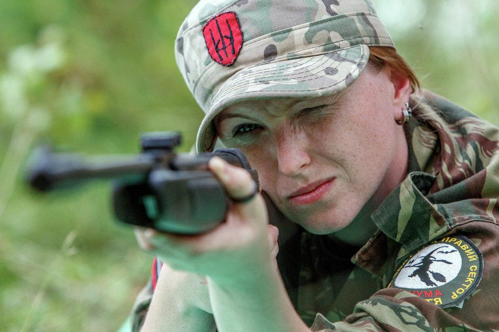 Una combatiente de Pravy Sektor durante ejercicios