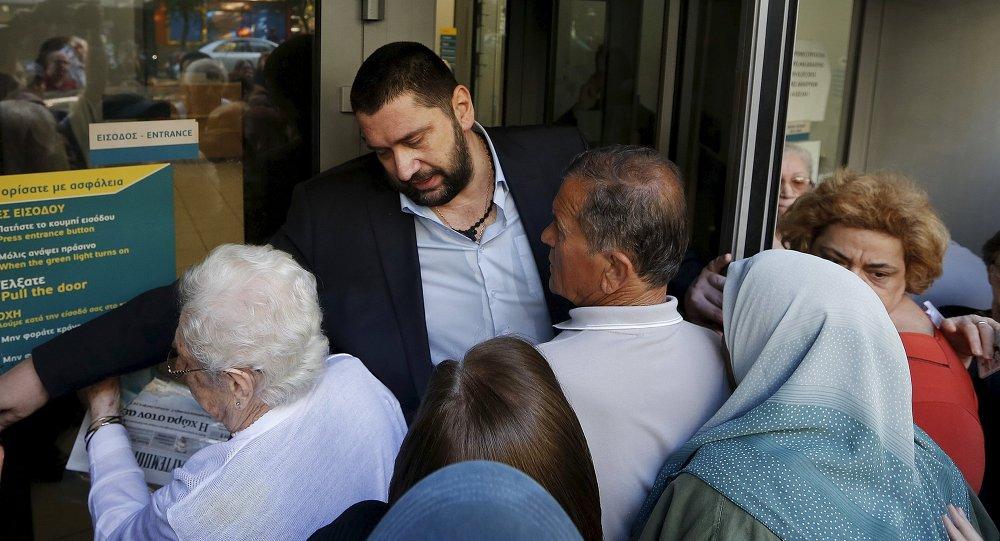 Jubilados esperan fuera del Banco Nacional en Atenas, Grecia, el 1 de julio, 2015