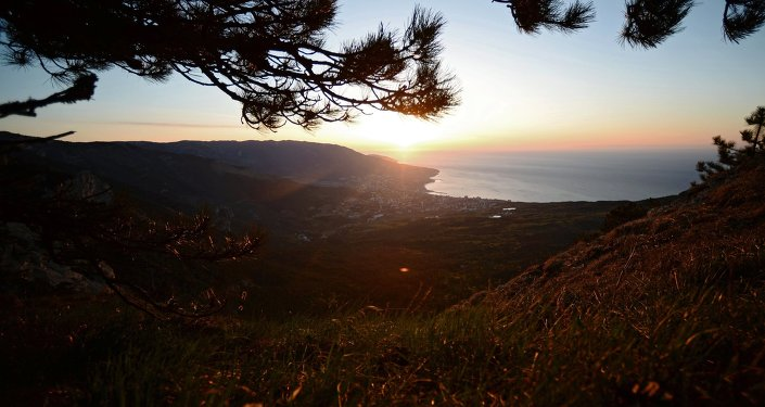 Vista de la ciudad de Yalta en Cirmea desde motaña Ai-Petri al amancer