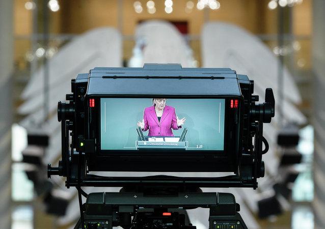 Pantalla con una imagen de Angela Merkel, canciller de Alemania