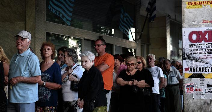 Jubilados hacen cola en el banco en Atenas