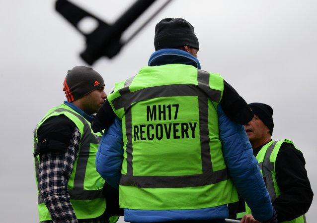 Los miembros del equipo de recuperación de vuelo MH17 en una de las áreas del accidente aéreo (archivo)