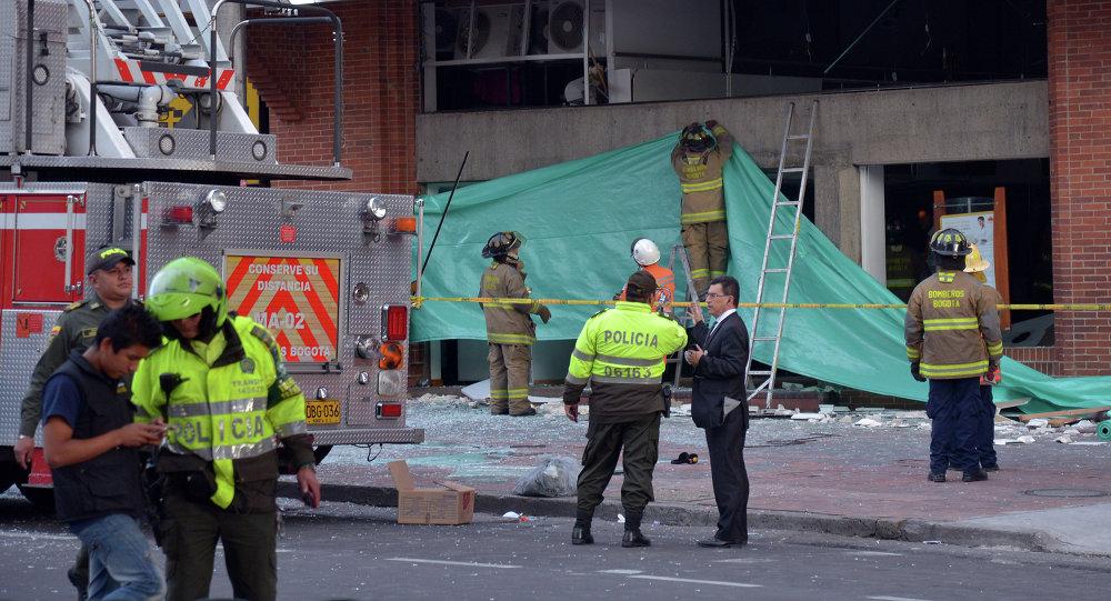 Policías y bomberos colombianos en el lugar del atentado en centro financiero de Bogotá