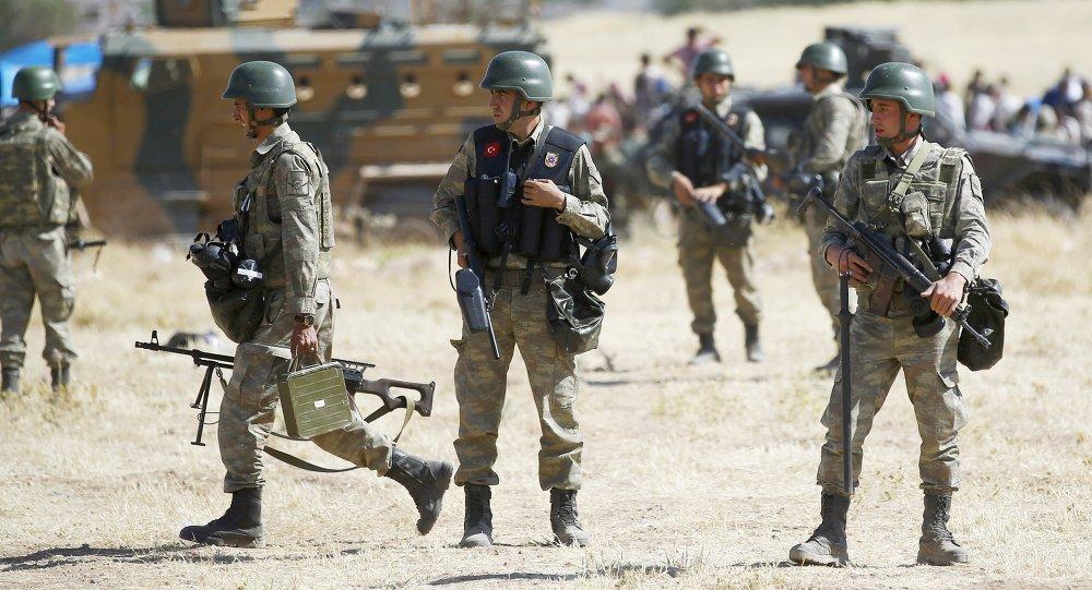 Soldados turcos al lado de la frontera de Mursitpinar en Suruc, Turkey, el 26 de junio, 2015