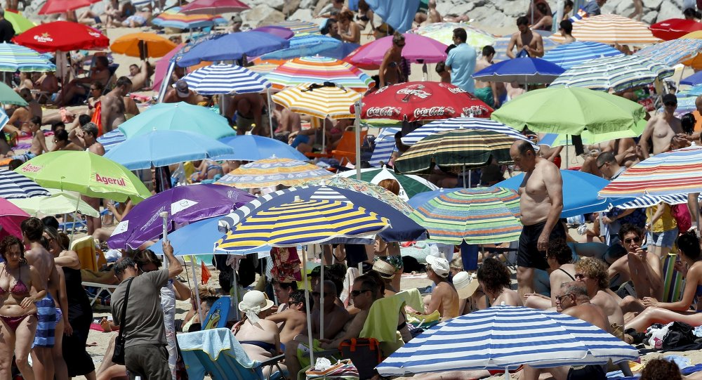 Gente pasa el tiempo en la playa cerca de Barcelona durante la ola de calor