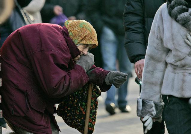 Aciana ucraniana pide limosna en calles de Kiev