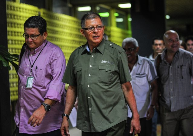 Los comandantes de las FARC Pablo Catatumbo (izda.) y Rodrigo Granda (centro)