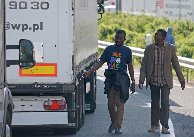 Intentos masivos de paso de inmigrantes bloquea el Eurotúnel