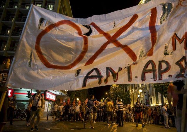 Partidarios de 'NO' celebran resultados del referéndum en una calle en el centro de Atenas