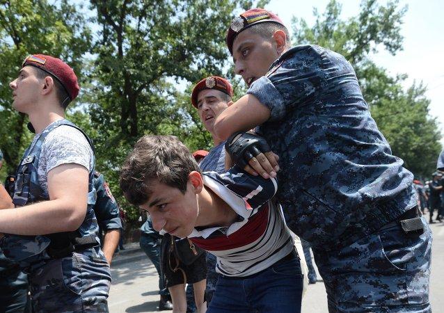Los policías armenios detienen manifestantes