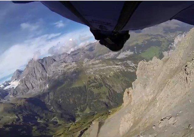 Saltador BASE vuela a través de un agujero de dos metros en una roca