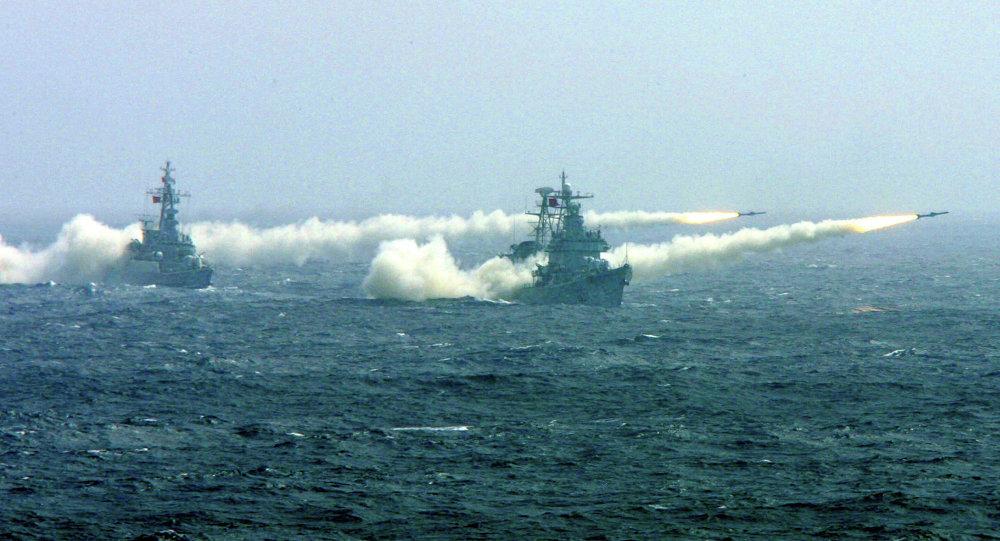Dos buques de guerra chinos durante ejercicios competitivos