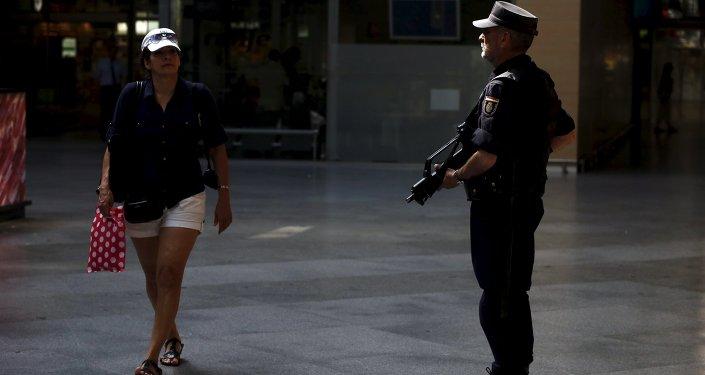 Policía en la estación de tren de Atocha en Madrid