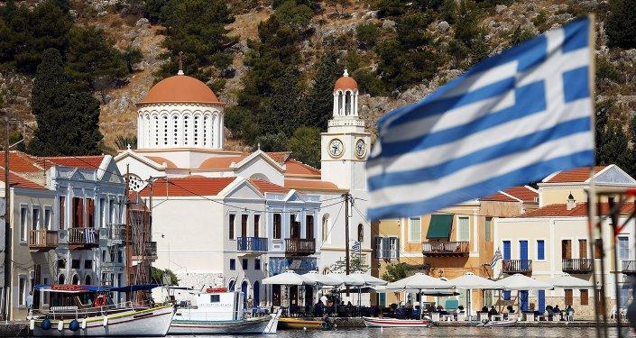 Bandera de Grecia en la isla de Kastelorizo, Grecia, el 4 de julio, 2015