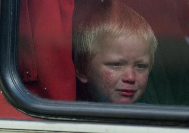 Un niño en el autobus con desplazados de Donetsk