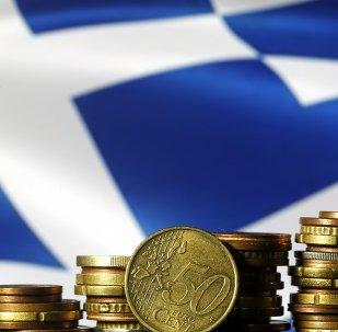 Monedas del euro y la bandera de Grecia