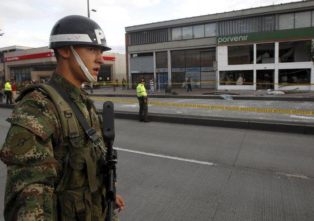 Soldado y las policías al lado del lugar de explosión en Bogotá, Colombia, el 2 de julio, 2015