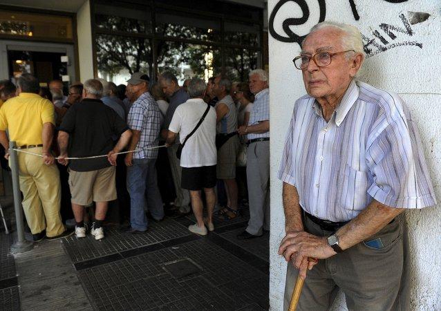 Anciano cerca del Banco Nacional de Grecia donde la gente hace cola para recibir sus pensiones