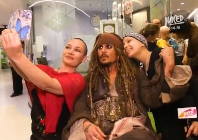 Johnny Depp se disfraza de por una buena causa