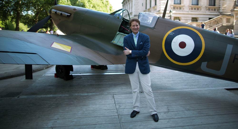 Filántropo Thomas Kaplan al lado del avión Supermarine Spitfire