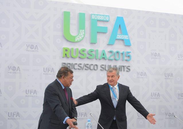 Presidente de Rosneft, Ígor Sechin, y cofundador de Essar Global, Shashi Ruia