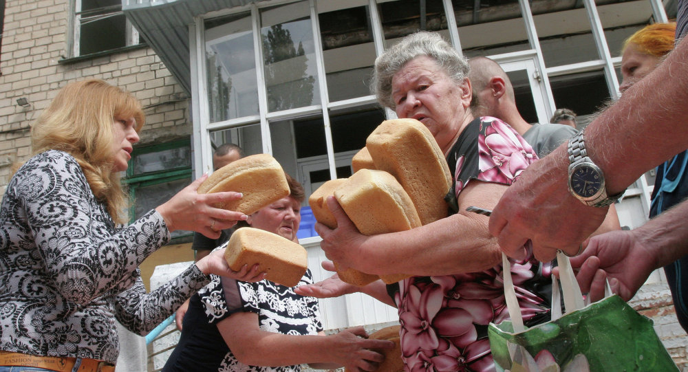 Gente recibe ayuda humanitaria de Rusia en Donetsk