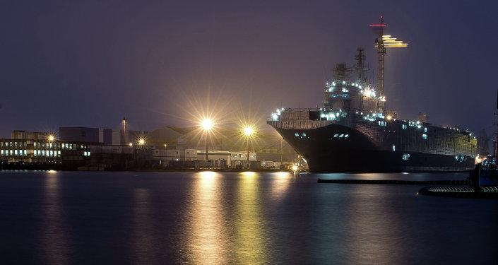 Portahelicóptero Sebastopol de la clase Mistral en astillero de una empresa STX Europe en la ciudad de Saint-Nazaire