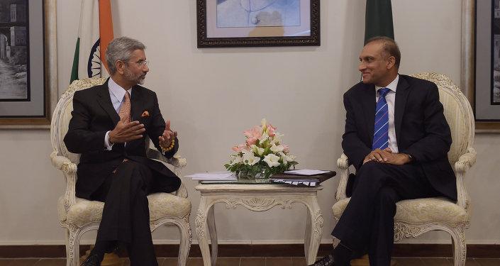 Subrahmanyam Jaishankar, secretario de Asuntos Exteriores de la India, y Auzaz Ahmad Chaudhry, secretario de Asuntos Exteriores de Pakistán (Archivo)