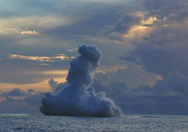 Erupción de un volcán submarino Kavachi cerca de las Islas Salomón (archivo)