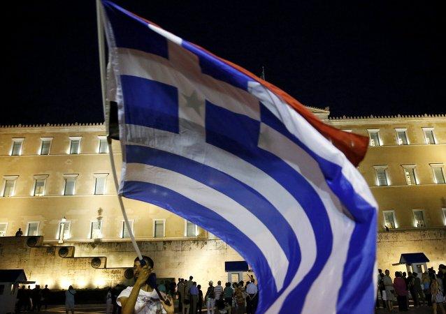 Bandera de Grecia frente al Parlamento en Atenas