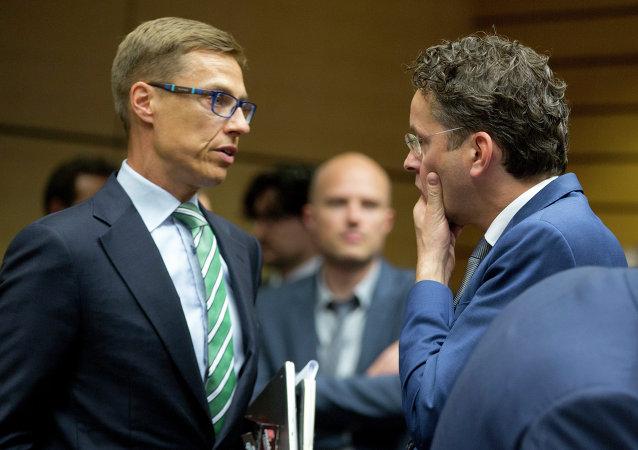El ministro de Finanzas de Finlandia, Alexander Stubb (izquierda) y el presidente del Eurogrupo, Jeroen Dijsselbloem