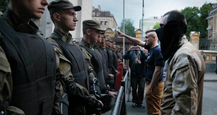 Los miembros de Pravy Sektor se enfrentan a la policía, que están bloqueando una calle que conduce al edificio de la administración presidencial de Ucrania en Kiev