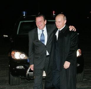 Excanciller de Alemania,  Gerhard Schröder, y presidente de Rusia, Vladímir Putin (archivo)