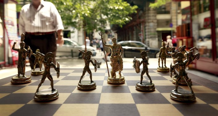 Ajedrez con figuras de dioses griegos y espartanos