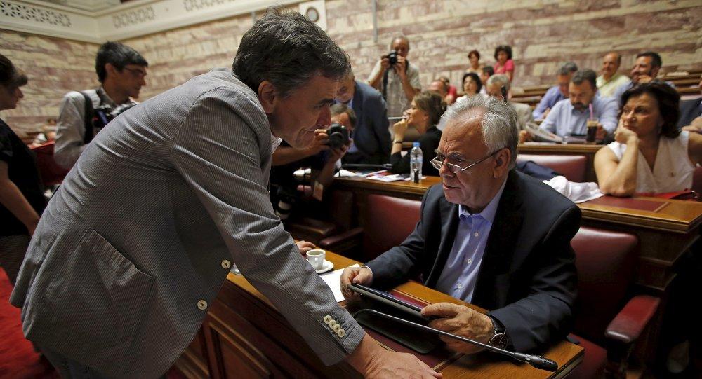 Euclides Tsakalotos, ministro de Finanzas de Grecia, y Yannis Dragasakis, primer viceministro de Grecia, durante la sesión del partido Syriza en el parlamento en Atenas, Grecia, el 10 de julio, 2015